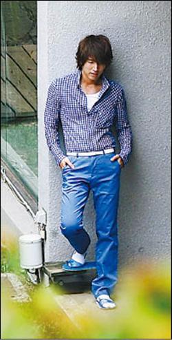 脚穿蓝色网拖配白袜,帅度小小扣分.   言承旭   日月青枫图片
